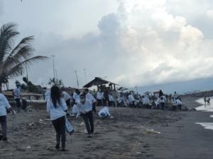 Bersih Pantai (dok. @ONOFFLombok)