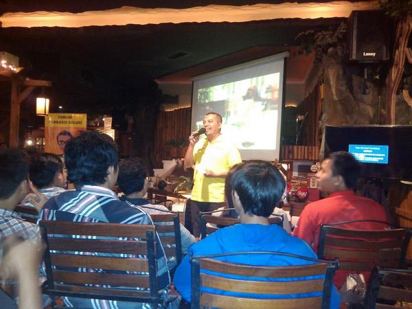 Bapak Usman (Marketing Indosat Lombok) Membuka Mini Gathering